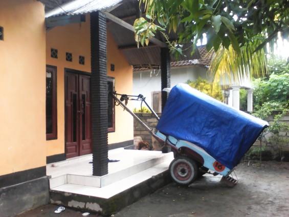 Rumah si Judin dan cidomonya yang diparkir di depan rumah.