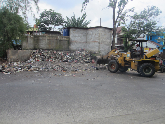 A waste worker was operating the bulldozer in TPS (landfill) Kelapa Dua, Srengseng Sawah Administrative Village, Jagakarsa District, South Jakarta.
