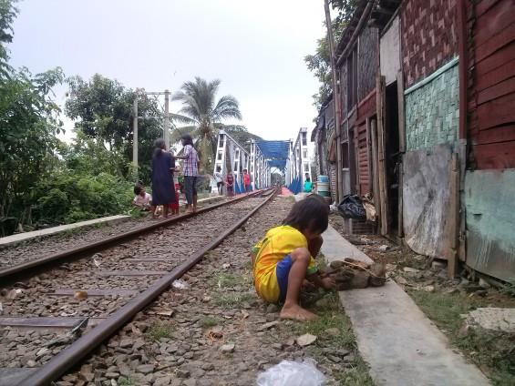 Anak-anak di kampung lebak sambel sedang bermain di jembatan dua_2