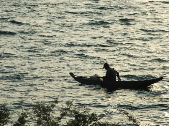 Nelayan penangkap ikan bilih dengan alat tangkap jaring dari atas sampan.