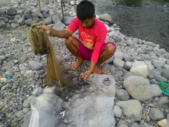 Salah satu nelayan pengguna jaring di Muara Sumpur.