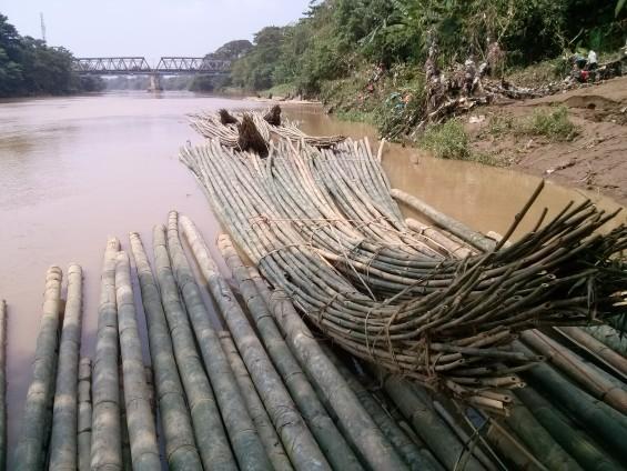 Bambu yang sudah laku terjual tertambat di tempat tengkulak.