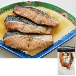 白焼きした鮭の切身を、醤油を基調とした調味液に漬け込んで味つけ