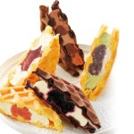 ふんわり仕上げた香ばしいワッフル生地に、フルーツソースやクリームをサンド。