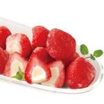 まっ赤な苺のまん中に、相性のよい練乳味のアイスクリームを絞り込みました。
