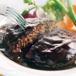 しっかり焼き目をつけお肉の旨みを閉じ込めたハンバーグにデミグラスソースと合わせた。