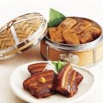 皮付の豚ばら肉を使用し、継ぎ足しながらの角煮家こじま秘伝タレで煮込んだ角煮