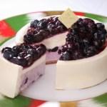 【冷凍便】レアチーズケーキの上に、贅沢に丸ごとブルーベリーを飾りました。