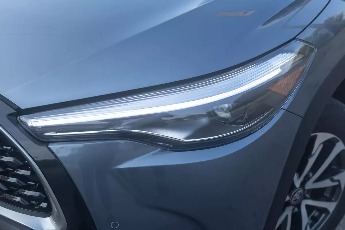 toyota-corolla-cross-xle-2022-04-exterior-front-gray-headlight