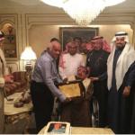 """بالصور: أسرة أمير تقيم حفلاً لسائقها """"السبعيني"""" بعد خدمة أكثر من ثلاثة عقود"""