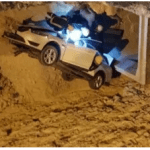 """بالصور:عائلة تتعرض لـ""""ماسأة"""" بعد سقوط سيارتهم بحفرة عميقة شمال بريدة"""