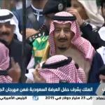 """بالفيديو: خادم الحرمين يشارك المواطنين أداء """"العرضة"""" السعودية"""