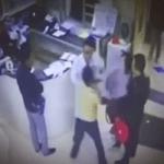 بالفيديو: امرأة تضرب الأطباء بعد وفاة قريبها بالمستشفى