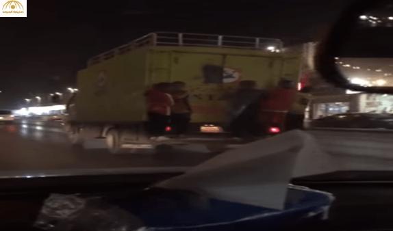 بالفيديو: شاهد أطفال يتشبثون بمؤخرة شاحنة في أحد الشوارع الرئيسية بالرياض
