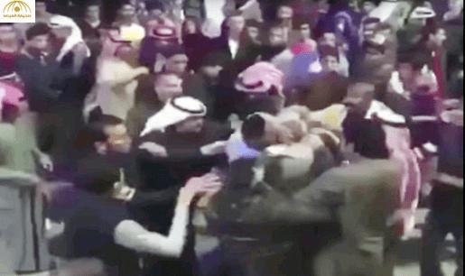شاهد: مشاجرة شبابية حامية ترعب المتسوقين بمركز تجاري بالكويت