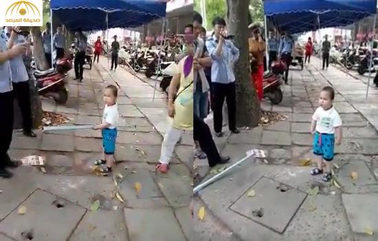 بالفيديو: ساموراي صغير يدافع عن أمه بشراسة!