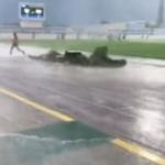"""بالفيديو.. """"عاصفة ممطرة"""" تجتاح ملعب بالأحساء.. وهروب اللاعبين والحكام !"""