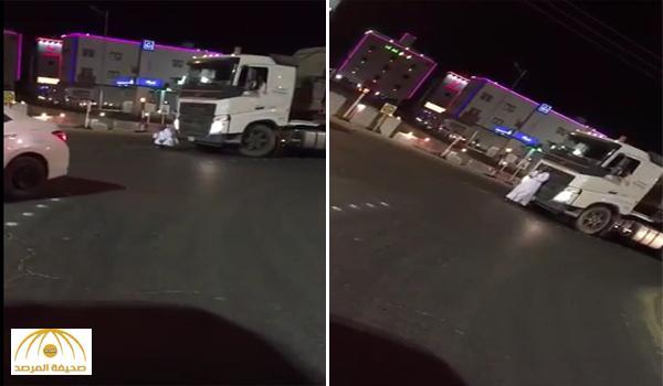 بالفيديو .. مواطن يعترض شاحنة بجسده و سائق يحذره بعدم الاعتراض وإلا سيدهسه !