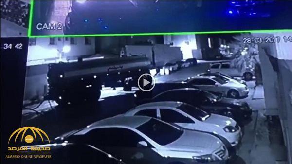 بالفيديو: شاهد عامل  يسطو  ليلا على عدد من السيارات داخل حي بالرياض ..وهكذا فشلت محاولته!