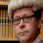 بماذا عاقب قاضٍ بريطاني رجلاً شتمه داخل المحكمة؟