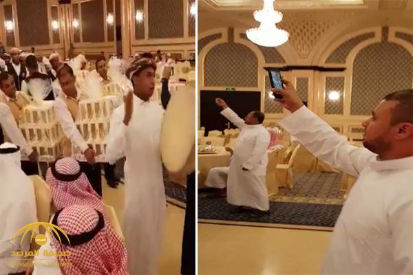 """شاهد .. ثري سعودي يوزع """"آيفون 8"""" على المعازيم بحفل زفافه .. والممثل فايز المالكي يعلق !"""