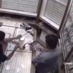 شاهد: شاب يغافل بائع ويسرق قطعة ذهبية من محل مجوهرات في الدمام