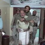 شاهد بالفيديو .. نائب الرئيس اليمني يحمل جندي على ظهره داخل مكتبه !