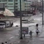 """أمطار """"ساعة"""" تفضح البنية التحتية الفاشلة بجدة…شاهد: """"السيول"""" تغلق شارع فلسطين"""