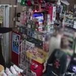 بالفيديو .. سطو بالمسدسات على بقالة بولاية لويزيانا .. شاهد ردة فعل صاحب المحل المفاجئة