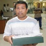 """""""مافي خوف من موت"""".. هكذا روى المقيم الفلبيني تفاصيل إنقاذه لـ """"المسن السعودي"""" الذي احتجزته مياه الأمطار داخل سيارته"""