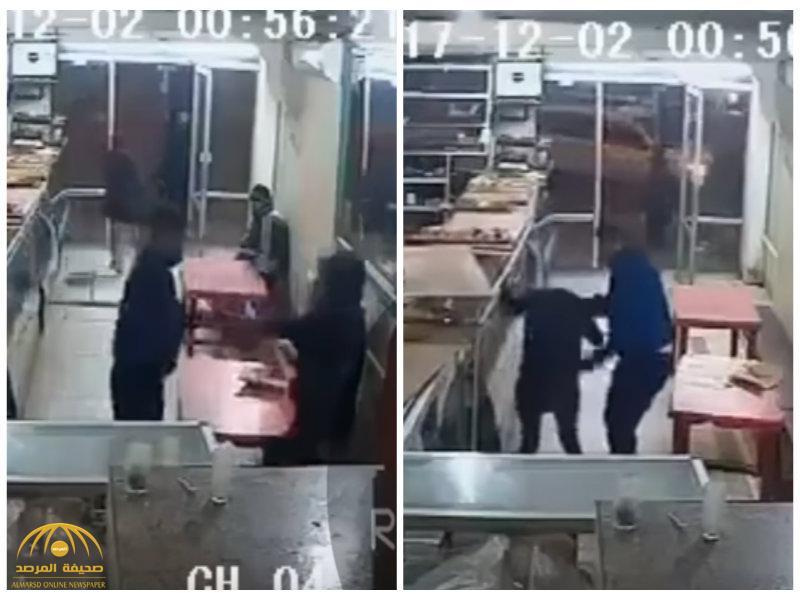 بالفيديو: فتاة مغربية تتعرض للاعتداء والضرب داخل محل تجاري.. شاهد رد فعل الناس الصادم!
