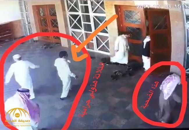 شاهد .. 3 أشخاص يستخدمون حيلة ماكرة ويسلبون مواطناً أمام مسجد بالمملكة