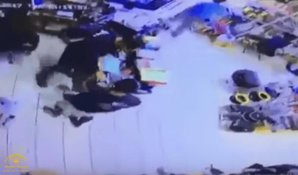 كويتي يعتدي على شاب مصري داخل محل تجاري!