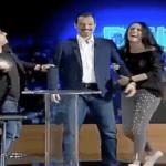 """بالفيديو .. المذيع اللبناني """"عادل كرم"""" يسخر من اللهجة الخليجية.. ومغرد : هذا ما ينفع معه إلا أحلام تمسح فيه البلاط!"""