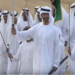"""شاهد.. ولي عهد أبو ظبي يؤدي """" الرزفة"""" أثناء الاحتفال باليوم الوطني الإماراتي الـ46"""