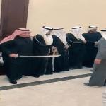 """شاهد : """" الشريان"""" يشارك في العرضة النجدية الشهيرة ويغني """"نحمد الله جت على ما تمنى"""" في زفاف ابنته بالكويت"""
