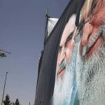إيرانيون يرفعون مطالبهم ويدعون المرشد الأعلى بالتنحي من منصبه ويمزقون صور قاسم سليماني