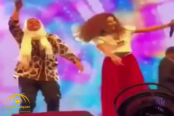 شاهد .. فتاة محجبة تعلم ميريام فارس الرقص السعودي على المسرح
