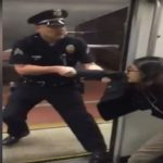 شاهد : شرطي أمريكي يطرد فتاة من المترو .. ويعتقل أخرى بعد أن بصقت في وجهه