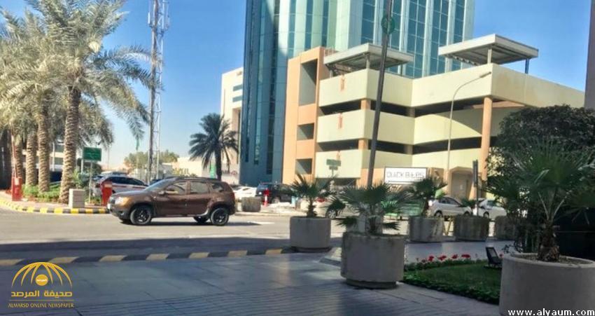 فندق عالمي بالسعودية يستولي على شارع ويقيم عليه حاجزاً إلكترونياً