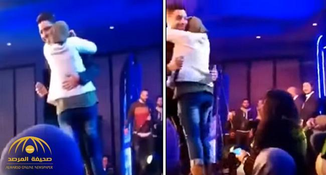 شاهد .. فتاة محجبة تحتضن فنان مصري وتقبله على المسرح!