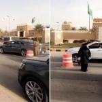 شاهد .. نساء يشاركن رجال الأمن في نقطة تفتيش للسيارات في أول ظهور لهن