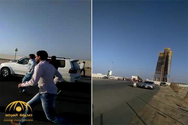 شاهد .. لحظة هجوم عمال بن لادن على المهندسين العاملين في برج جدة