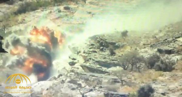 شاهد .. لحظة استهداف القوات السعودية مخزناً جبلياً للحوثيين