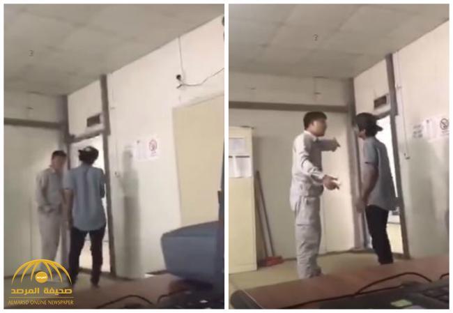 سابقة لأول مرة  تحدث في المملكة .. بالفيديو: عامل أجنبي يطرد موظف سعودي من مقر عمله !