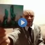 قال: إن غرباء أذكياء من كواكب أخرى سيهبطون على الأرض.. رجل يسافر عبر الزمن ويعرض صورة بعد 100عام! -فيديو