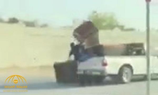 شاهد .. لحظة  سقوط  عامل أثاث من سيارة أثناء سيرها على طريق سريع بالمملكة
