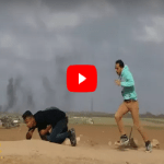 حاول إشعال إطار مطاطي.. شاهد لحظة قتل فلسطيني برصاص قناص إسرائيلي!