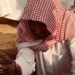 """شاهد .. أمير نجران يشيع جثمان """"ابن أخيه"""" ويشارك في دفنه"""