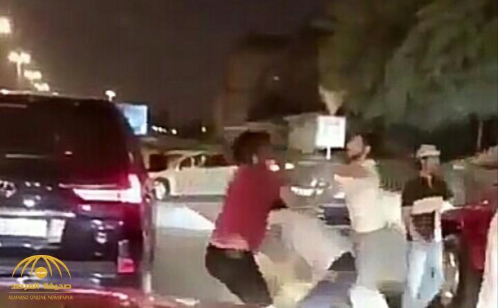 """بالفيديو.. مشاجرة جماعية طاحنة بـ""""السكاكين"""" بالقرب من شارع الحب بالكويت"""